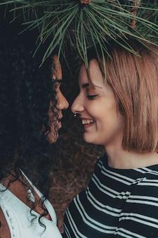 Mujeres mostrando afecto.