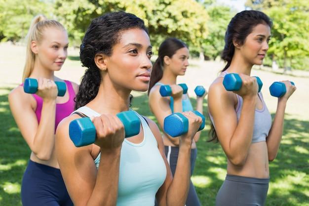 Mujeres multiétnicas levantando pesas
