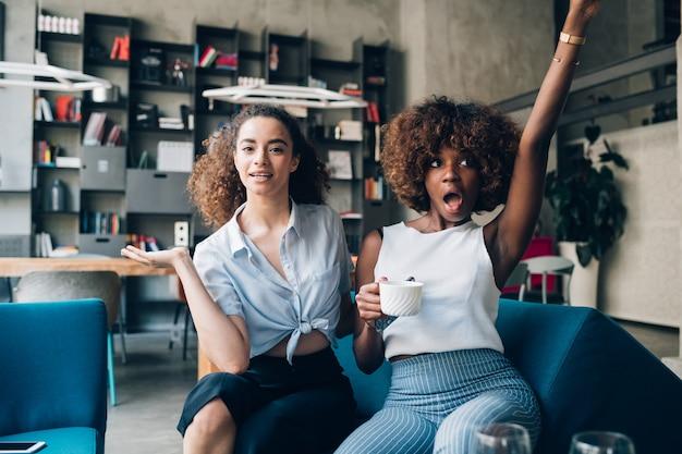 Mujeres multirraciales jóvenes divirtiéndose y mirando la cámara.