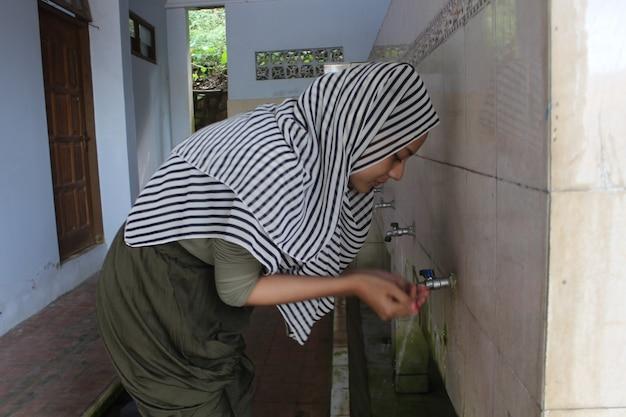 Las mujeres musulmanas realizan la ablución.