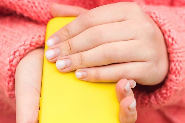 Las uñas de las mujeres necesitan corrección. cuidado de las uñas. tiempo para la corrección de gel polaco.