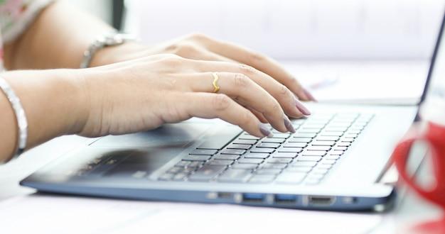 Mujeres de negocios asiáticas usando notebook para trabajar