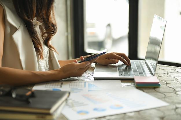 Las mujeres de negocios están revisando la tabla de desempeño de la compañía.
