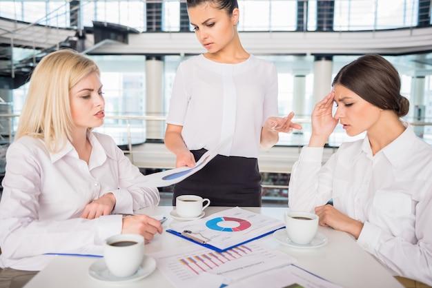 Mujeres de negocios hermosas que trabajan en nueva estrategia empresarial.