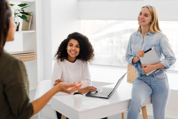 Mujeres de negocios en la oficina trabajando