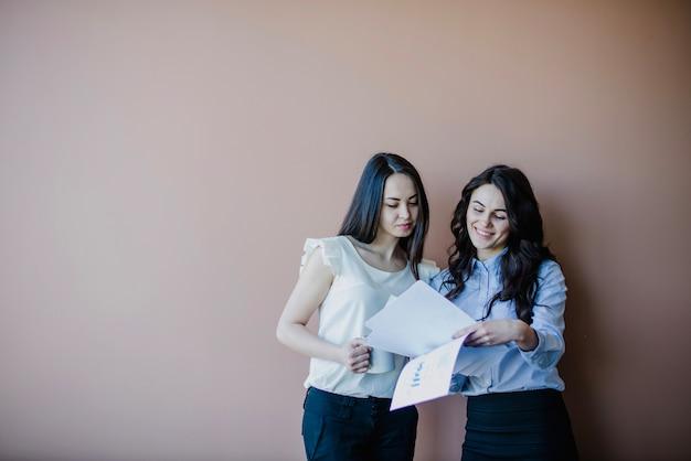 Mujeres de negocios con papeles