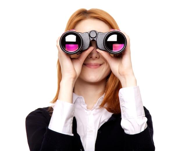 Mujeres de negocios que buscan con binocular.