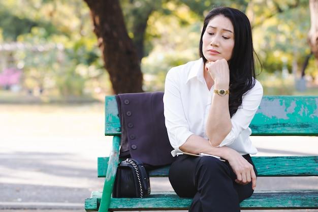 Mujeres de negocios que trabajan fallando serias