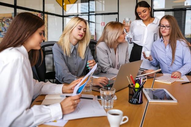 Mujeres de negocios reunidas en estrategias