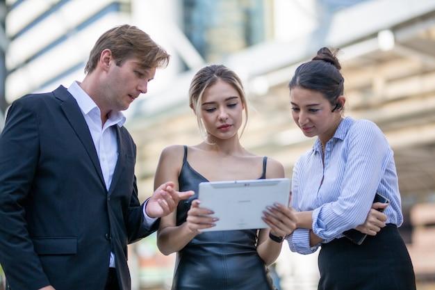 Mujeres de negocios seguras que explican el plan a su colega