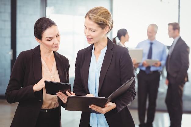Mujeres de negocios con tableta digital