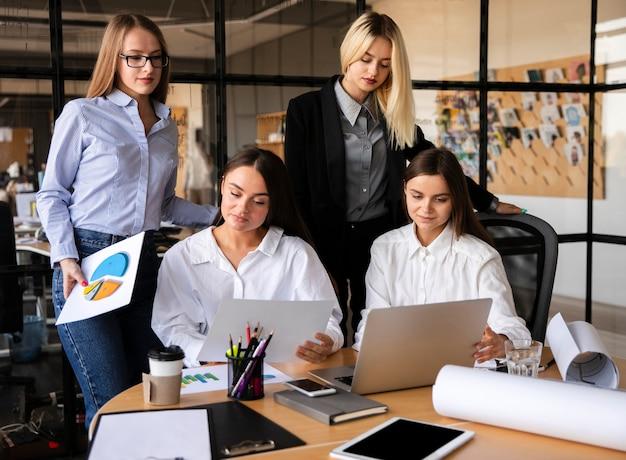 Mujeres de negocios trabajando juntas