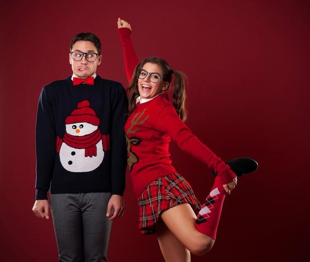Mujeres nerd coqueteando con hombre tímido