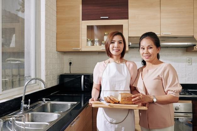 Mujeres con pan casero