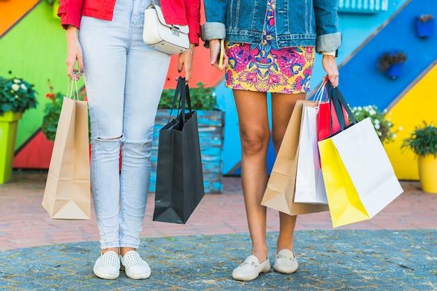 Mujeres con paquetes de compras.