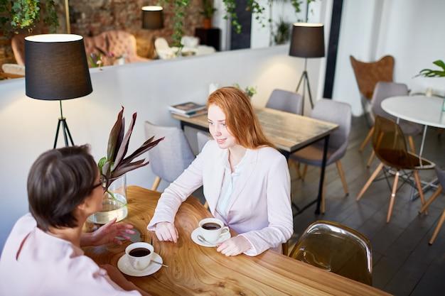 Mujeres en pausa para tomar café