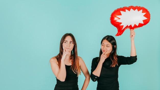 Mujeres pensativas con globo de discurso