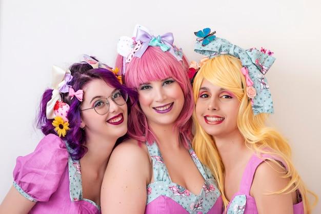 Mujeres pinup con trajes coloridos.