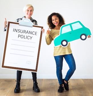 Mujeres con póliza de seguro papel artesanal.