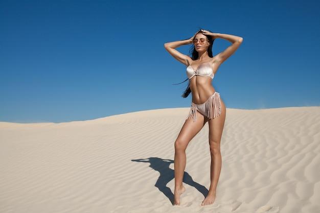 Mujeres posando en la playa