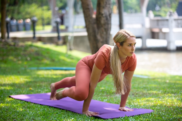 Las mujeres practican yoga al aire libre