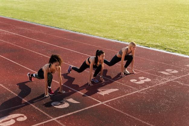 Mujeres preparándose para correr