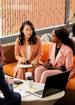 Mujeres de primer plano reunidas en el trabajo