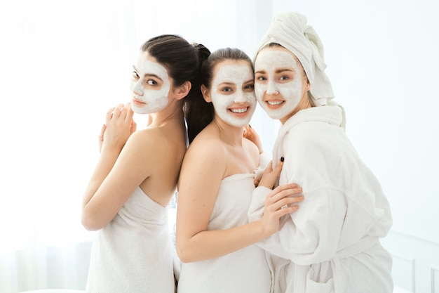Mujeres con productos cosméticos faciales.