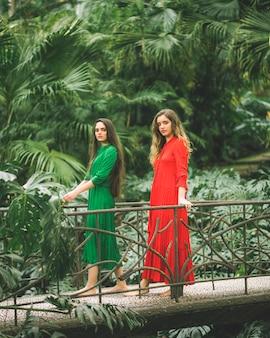 Mujeres en un puente con entorno natural.