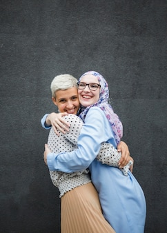 Mujeres que comparten un abrazo con fondo negro