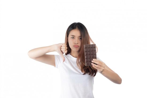 Mujeres que están en contra del chocolate, aisladas sobre un fondo blanco.