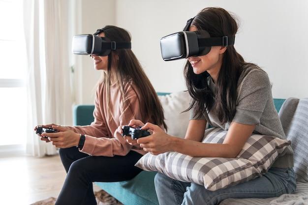 Mujeres que experimentan la realidad virtual con auriculares vr
