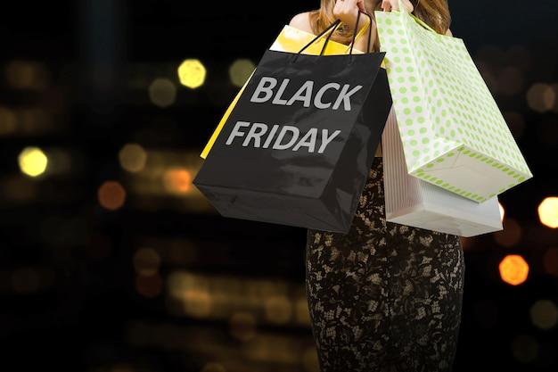 Mujeres que llevan una bolsa de compras