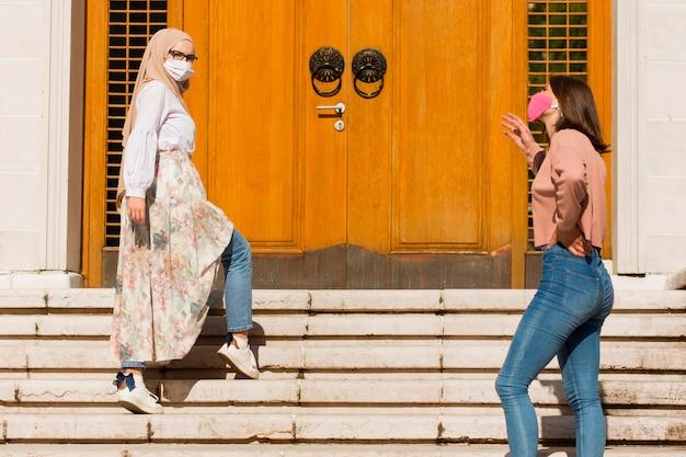 Mujeres que mantienen el distanciamiento social