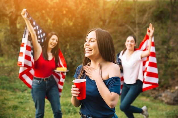 Mujeres que tienen fiesta en el día de la independencia