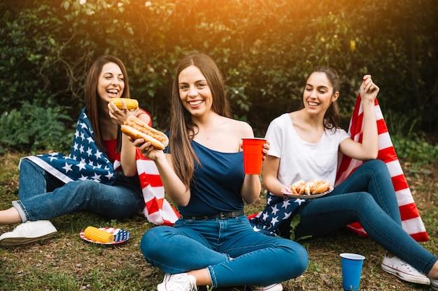 Mujeres que tienen picnic en el parque