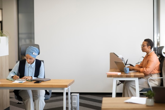 Mujeres que trabajan en el escritorio para el trabajo de oficina