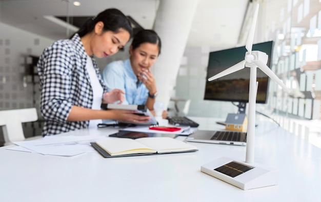 Mujeres que trabajan juntas por una innovación en interiores