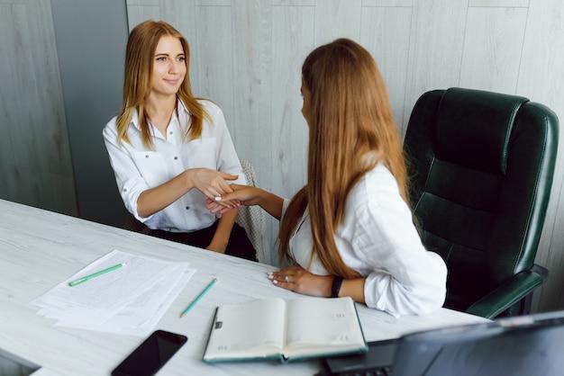 Mujeres que trabajan juntas, interior de la oficina