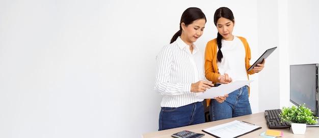 Mujeres que trabajan en un proyecto innovador con espacio de copia