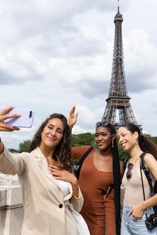 Mujeres que viajan juntas en parís Foto gratis