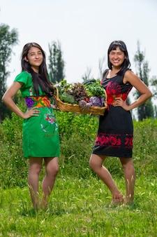 Mujeres recogiendo verduras