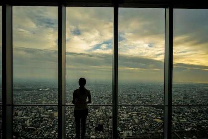 Mujeres relajantes y disfrutando de la vista desde la ventana