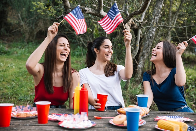 Mujeres riendo al aire libre