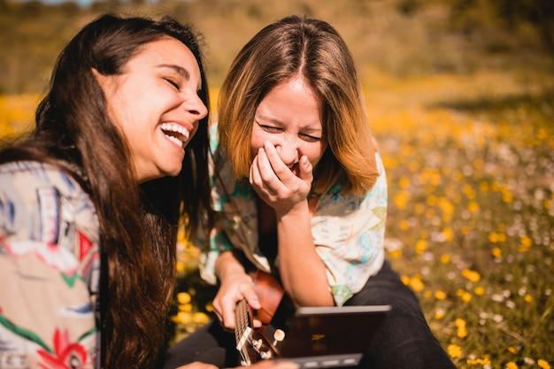 Mujeres riendo con foto