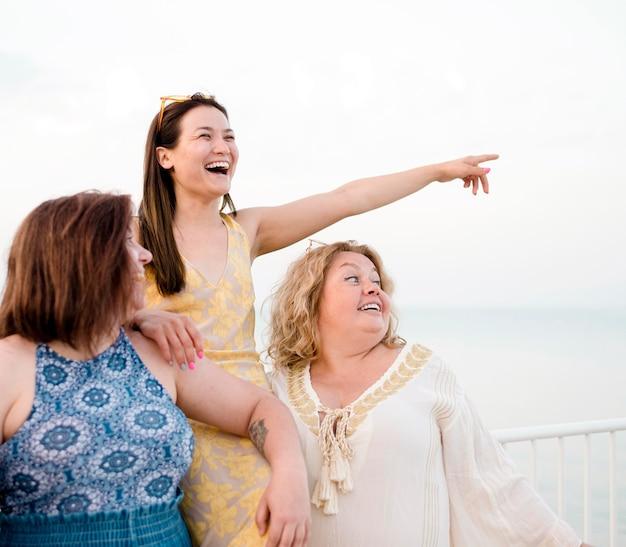Mujeres en ropa casual apuntando en el aire