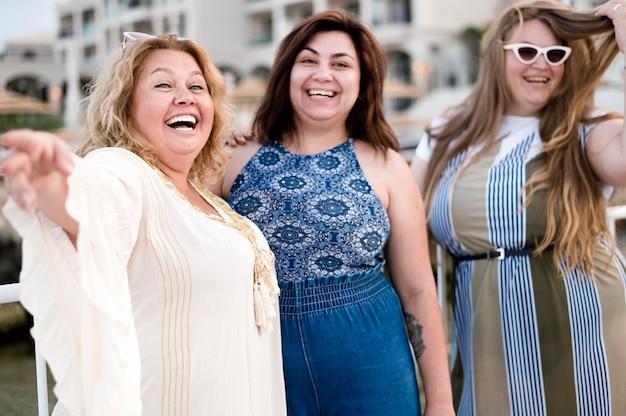 Mujeres en ropa casual riendo