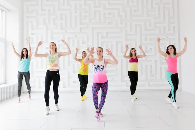 Mujeres en ropa deportiva en la clase de baile zumba