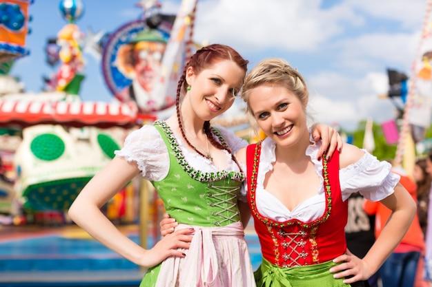 Mujeres con ropa tradicional bávara o dirndl en festival