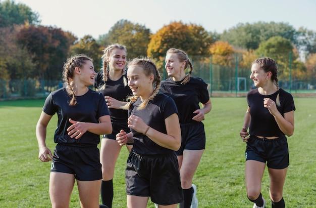 Mujeres rubias sonrientes corriendo